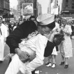 「勝利のキス」はセクハラか?#MeTooの落書き画像と犯人や理由,海外の反応は?