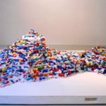 廣瀬智央の経歴・作品・展覧会を紹介。日常の小さきもので世界を表現。