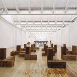 "<span class=""title"">カール・アンドレの作品・経歴・展覧会。ミニマル・アートの落ち着く空間。</span>"